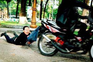 Tài xế xe ôm bị khách kẹp cổ, quật ngã để cướp