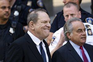 Ra tòa vì tội cưỡng hiếp và tấn công tình dục, Harvey Weinstein vẫn cười rạng rỡ