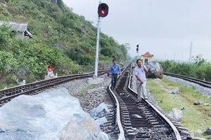 Sạt lở đá hàng trăm tấn làm hư hỏng đường sắt Bắc - Nam