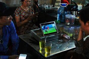 Dân lao động chợ đêm Long Biên xem World Cup qua thiết bị đặc biệt này