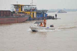 4 tàu khai thác cát trái phép trên sông Hồng bị bắt giữ