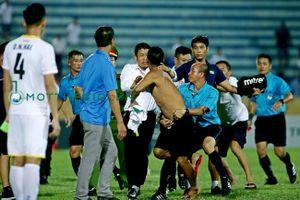 Để CĐV lao xuống sân đánh trọng tài, CLB Nam Định phải đá không có khán giả