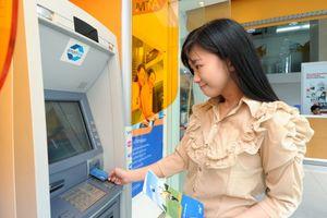 Tăng phí rút ATM: Ngân hàng ép chủ thẻ