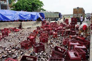 Xe đầu kéo chở hơn 1.000 két bia bị lật giữa quốc lộ 1A