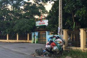 Cổng trường mầm non thành nơi tập kết rác thải
