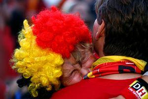 Cổ động viên 'Quỷ đỏ' không cầm nổi nước mắt sau trận thua Pháp