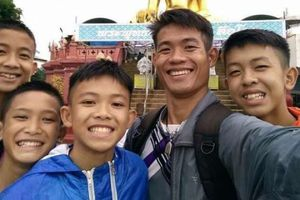 Huấn luyện viên đội bóng nhí Thái Lan vừa được giải cứu là người không quốc tịch