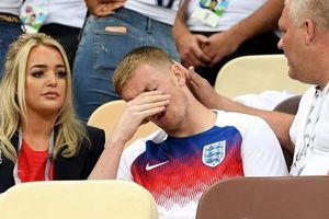 Tuyển thủ Anh được an ủi bởi người thân sau thất bại