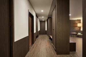 Nội thất bằng gỗ trong căn hộ của đôi vợ chồng trẻ