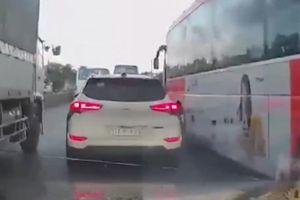 Clip: Hoảng hồn cảnh 2 xe lớn bất thình lình lao lên chèn ép xe con