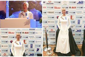 Ngắm robot Sophia duyên dáng trong tà áo dài Việt Nam