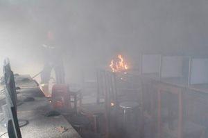 Cà Mau: Phòng tin học bất ngờ bốc cháy giữa trưa