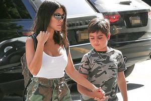 Kourtney Kardashian diện áo 2 dây dạo phố cùng con trai cưng