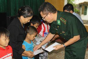 Tặng quà cho học sinh và ngư dân vùng biển Lộc Hà