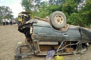 Lật xe, hàng chục phách gỗ lậu đổ ra đường