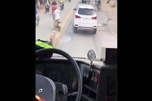 Phạt tiền, tước bằng lái tài xế cản đầu xe cứu hỏa