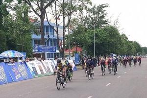 Chặng 3 xe đạp nữ Cúp truyền hình An Giang: Khách mời giành lại áo xanh sau pha nước rút