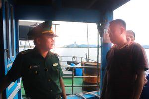 Cứu 8 ngư dân sau 30 giờ trôi dạt trên biển