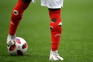 Hậu vệ Anh đeo tất rách trong trận gặp Bỉ gây chú ý