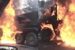 Xe bọc thép hạng nặng Typhoon-U của Nga cháy dữ dội trên đường