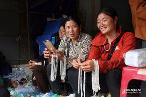Đội mưa đi chợ phiên nơi cổng trời