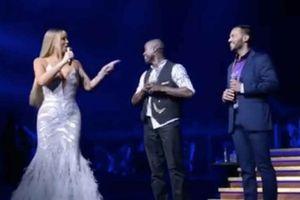 Cặp đôi đồng tính nam vỡ òa trong hạnh phúc trên sân khấu của diva Mariah Carey