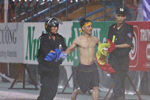 Sân Hàng Đẫy chìm trong pháo sáng, CĐV Nam Định tràn xuống sân
