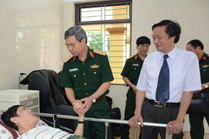 Thủ trưởng Tổng cục Chính trị thăm, tặng quà thương binh, bệnh binh tại Trung tâm Điều dưỡng thương binh Duy Tiên