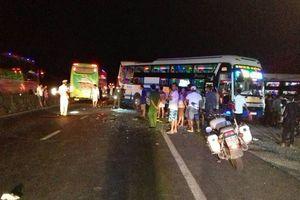 Xe khách tông nhau liên hoàn, 2 người chết, 2 người trọng thương
