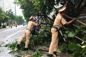 Dọn cây đổ chắn giữa đường, CSGT 'bị' người dân chụp ảnh đưa lên facebook