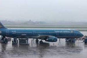 Mưa to, máy bay nằm lại đường băng vì trục trặc kỹ thuật