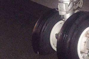 Sự cố máy bay nổ lốp ở Vinh: Do hạ cánh trượt ra ngoài đường băng?