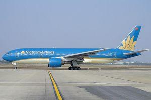 Máy bay VNA nổ lốp trên đường băng