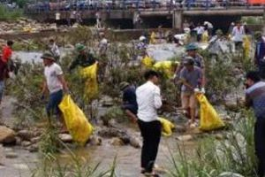 Quảng Ninh: Dọn vệ sinh môi trường trên sông biên giới Việt – Trung