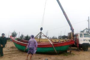 Dân Quảng Bình dùng xe cẩu đưa thuyền lên bờ né bão số 3