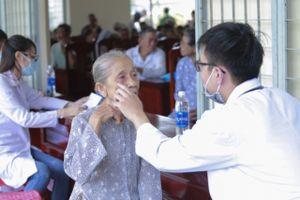 Khám bệnh, phát thuốc, tặng quà cho gần 300 bà con xã Vĩnh Hựu