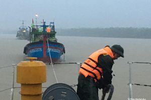 Tàu của bộ đội Biên phòng cứu tàu bị nạn khi tránh bão