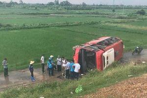 Lật xe khách trên cao tốc Pháp Vân, 4 người đi cấp cứu