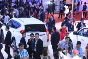 Người Việt chi gần 76 triệu USD nhập khẩu ô tô trong nửa tháng