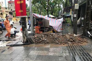 Vỉa hè Hà Nội vừa lát đá tự nhiên 'bền 70 năm' lại bị cày xới
