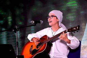 Cô giáo ung thư hát quyên tiền tặng bệnh nhân cùng cảnh