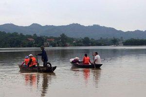 Hà Tĩnh sau bão: Đi lại bằng thuyền, chợ ngừng họp vì ngập sâu