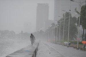 Người Philipppines vật lộn trong bão Sơn Tinh