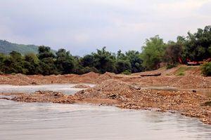 Khai thác cát trái phép công khai trên sông Cái: Chưa có lãnh đạo huyện, xã nào bị xử lý