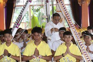 Đội bóng nhí Thái Lan lên chùa cầu an và tưởng niệm thợ lặn đã hy sinh