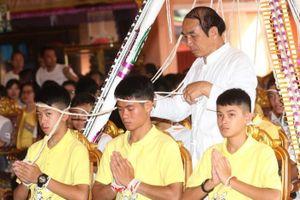 Đội bóng Thái cùng gia đình đến chùa cầu nguyện