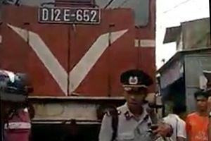 Khiêng xe máy chặn đoàn tàu sau tai nạn