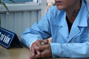 Đám cưới khó ngờ của trùm giang hồ nhiễm HIV và nữ thợ may