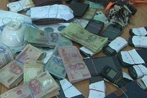 Quảng Trị: Bắt quả tang cán bộ địa chính cùng nhiều người đánh bạc