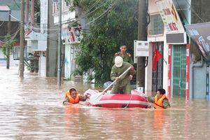 Công an dầm mình trong mưa chuyển đồ giúp dân tránh lũ ở Quảng Ninh